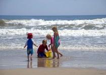 Deca-se-igraju-na-plazi-na-moru-1