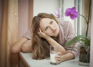 devojka-pije-mleko