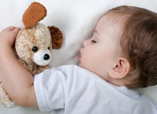 Dete nosi sa sobom omiljene stvari